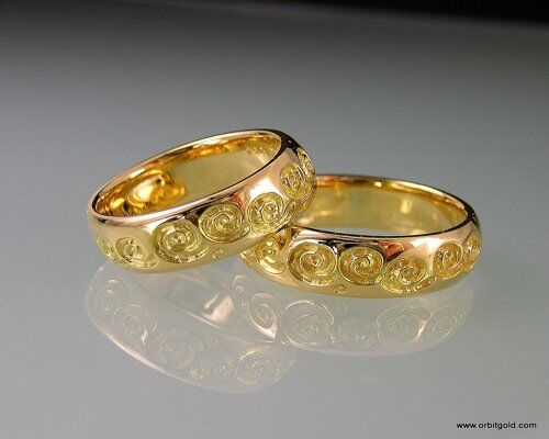 Wedding rings with carved pattern