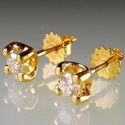 Diamond stud earrings that show gems from all angles