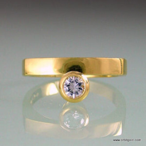 Yellowgold BRIDGE ring with white sapphire