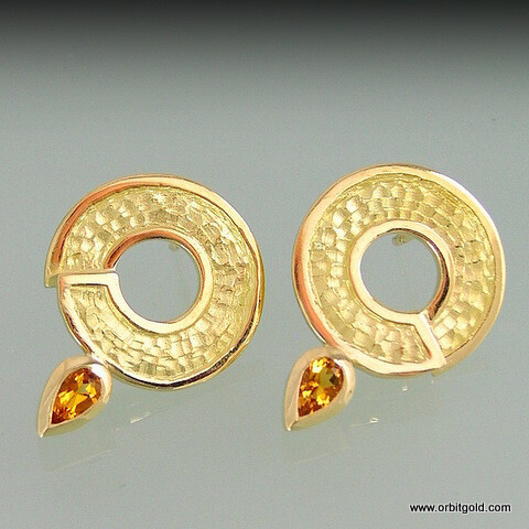 Golden CIRCLE earrings set with Citrines or Peridots