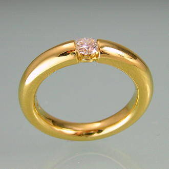 sideview of Yellowgold and Diamond ring in timeless design